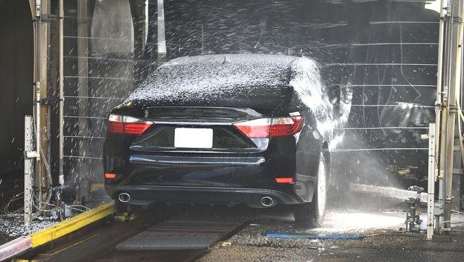 ¿Es bueno limpiar el coche en un túnel de lavado?